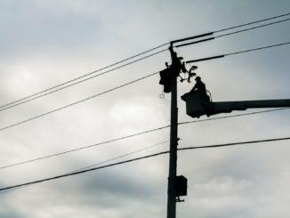 Strommast mit Arbeiter