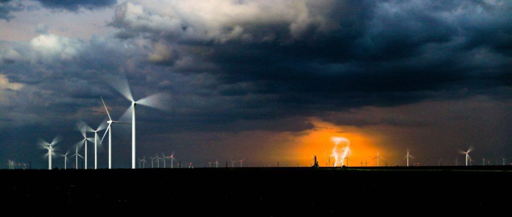 Windpark im Gewitter