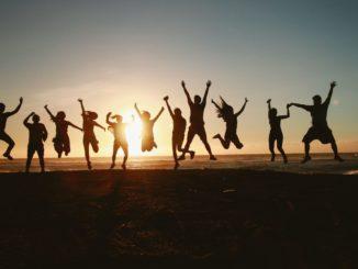 Springende Menschen vor Sonnenuntergang