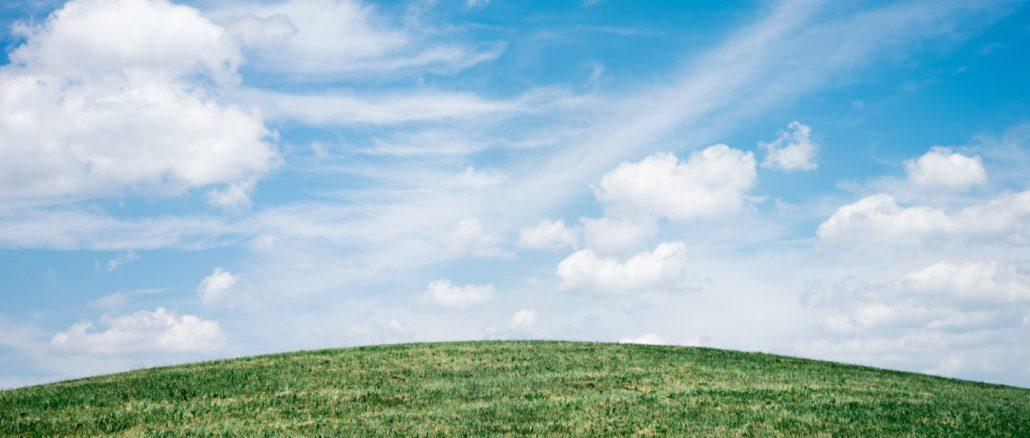 Wiese, Himmel und Wolken