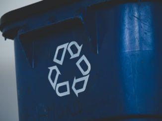 Mülltonne mit Recycling-Logo